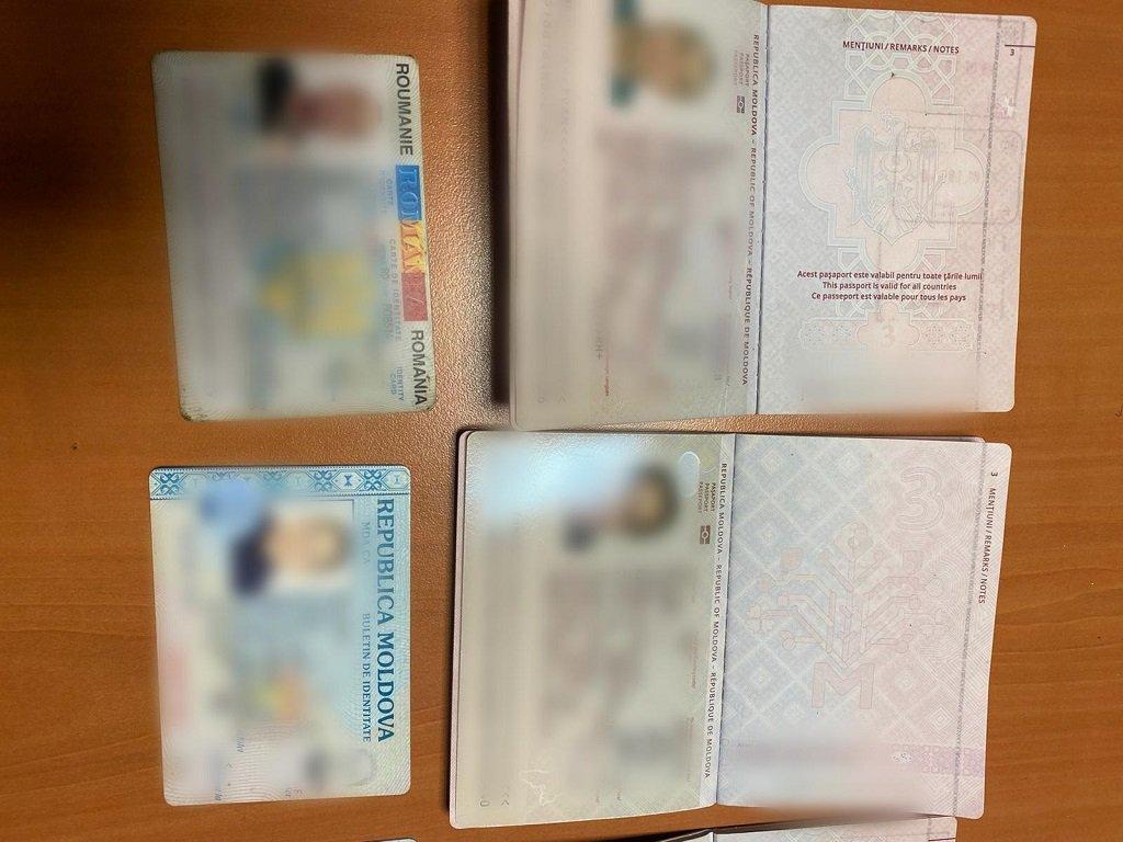 صورة من الأرشيف لبعض الوثائق التي صادرتها الشرطة الأوروبية خلال مداهمتها مواقع مرتبطة بشبكة تهريب المهاجرين في أوروبا، 25 شباط/فبراير 2021. الصورة:  موقع الشرطة الأوروبية