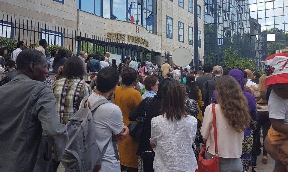 درخواست کننده گان برای کارت هویت در برابر پرفکتور انتونی منتظر اند،  برج می  ۲۰۱۸. عکس از آرشیف/مهاجرنیوز