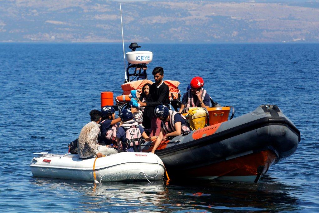 Un petit bateau pneumatique transportant des migrants d'Afghanistan est remorqué par un navire de sauvetage de l'ONG Refugee Rescue, près de Skala Sikamias, sur l'île de Lesbos, en Grèce, le 16 septembre 2019. REUTERS/Giorgos Moutafis