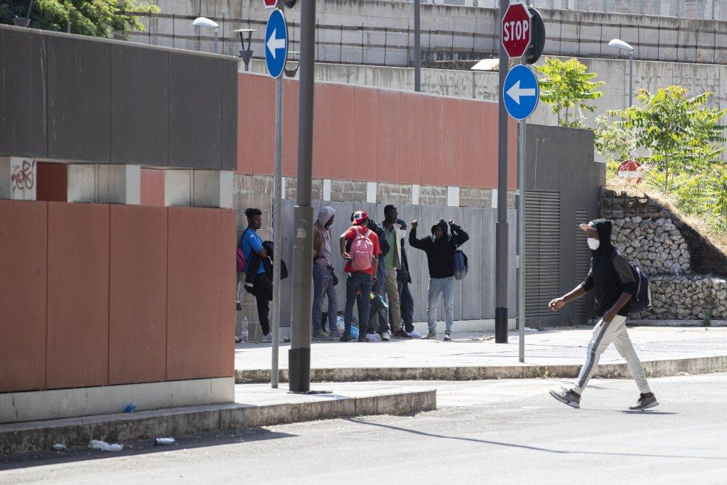 مهاجرون في محطة قطارات تيبورتينا في روما. المصدر: أنسا/ ماسيمو بيركوتزي.