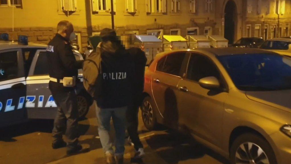 الصورة: لحظة تنفيذ العملية بواسطة شرطة ديجوس في تريستا. المصدر: أنسا