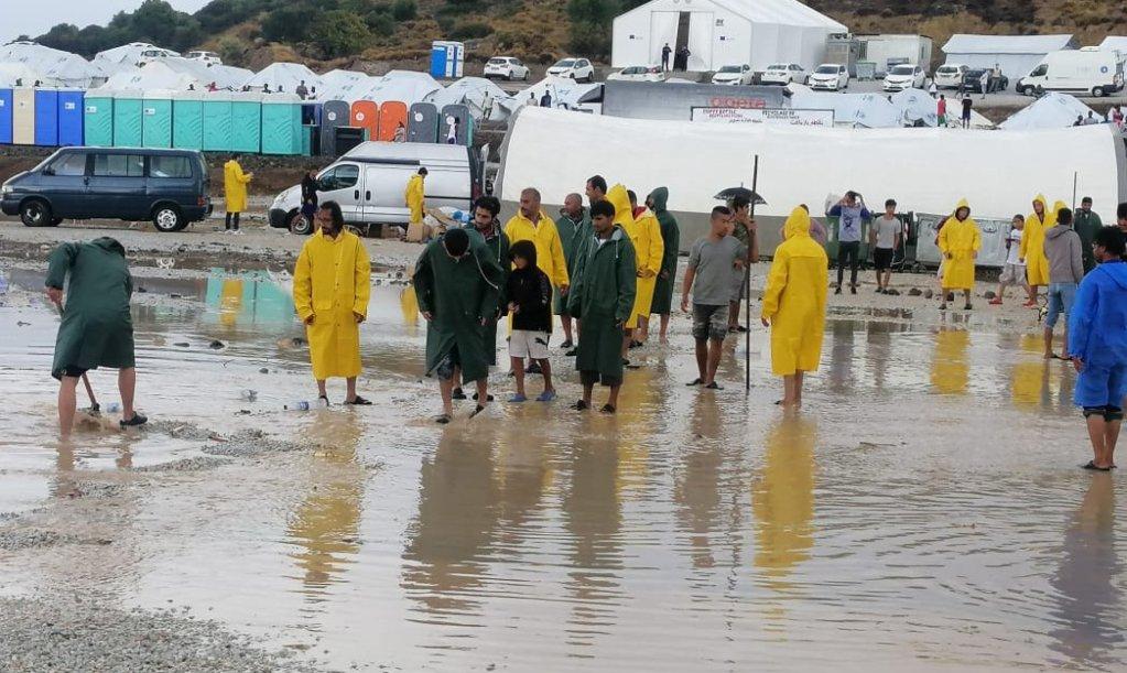 فيضانات في مخيم كارا تيبي للاجئين والمهاجرين بجزيرة ليسبوس اليونانية. المصدر: المصورة تيسا كاران.