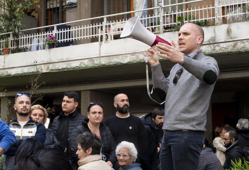 ANSA / مجموعة من السكان والفاشيين الجدد يحتجون ضد انتقال أسرة من الغجر إلى مشروع للإسكان في ضاحية كازال بروشياتو في روما. المصدر: أنسا/ كلاوديو بيري.