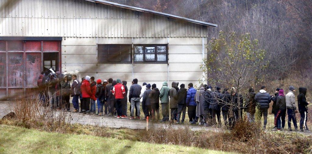صورة من الأرشيف. مهاجرون أمام ثكنة بلازوج Blazuj التي تبعد 10 كيلومتر من العاصمة سراييفو. الحقوق محفوظة