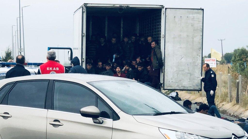 Le 4 novembre 2019, une quarantaine de migrants ont été retrouvés dans un camion frigorifique près du péage de Xanthi, dans le nord de la Grèce. Crédit : REUTERS/Stavros Karipidis
