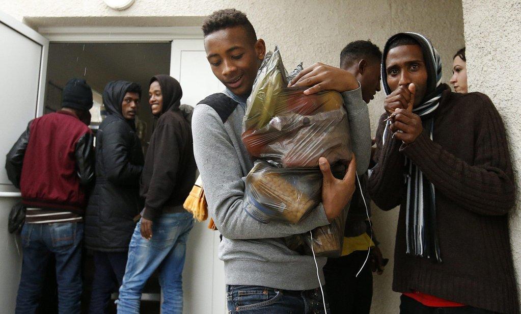"""ANSA / مهاجرون يتلقون حقائب الطعام في مركز الاستقبال في """"سانت ماري لا مير"""" بفرنسا، في 4 تشرين الثاني/ نوفمبر 2016 بعد إزالة مخيم كاليه. المصدر: إي بي أيه/ جولياومي هوركايلو."""
