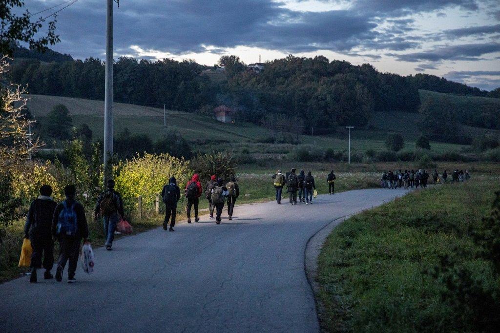 مهاجرون يتوجهون سيرا على الأقدام إلى المنطقة الحدودية بين البوسنة وكرواتيا، تحديدا على أطراف مدينة فليكا كلادوشا شمال البوسنة، 29 أيلول/سبتمبر 2020. رويترز