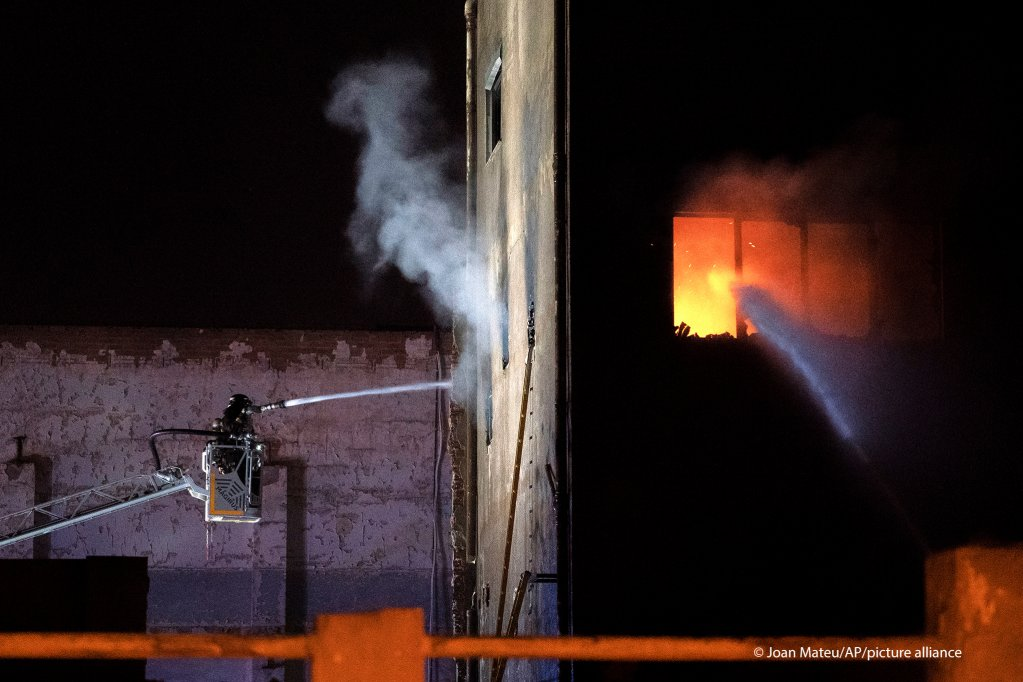 Fire broke out in an abandoned warehouse occupied by migrants in Badalona, Spain, Wednesday 9 December 2020 | Photo: picture-alliance/J. Mateu