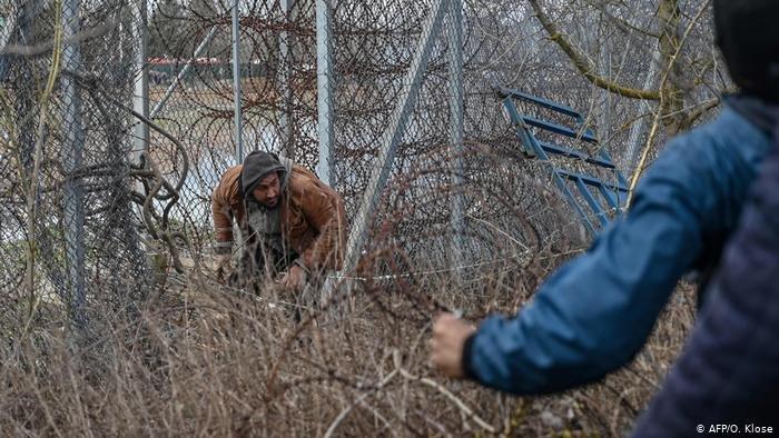 AFP/O. Klose |نيويورك تايمز نقلت عن مهاجرين قولهم إن الشرطة اليونانية احتجزتهم في موقع سري، لكن اليونان تنفي.