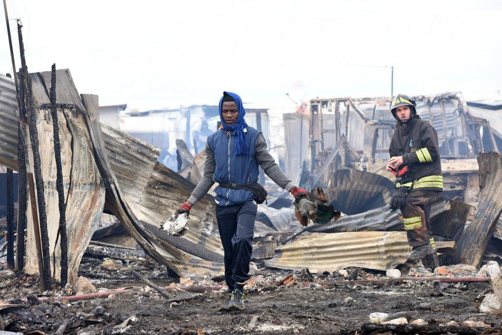 ANSA / تدمير نحو 200 من المساكن العشوائية للمهاجرين جراء حريق في كانون الأول / ديسمبر الماضي. المصدر: أنسا / فرانكو كاوتيلو.