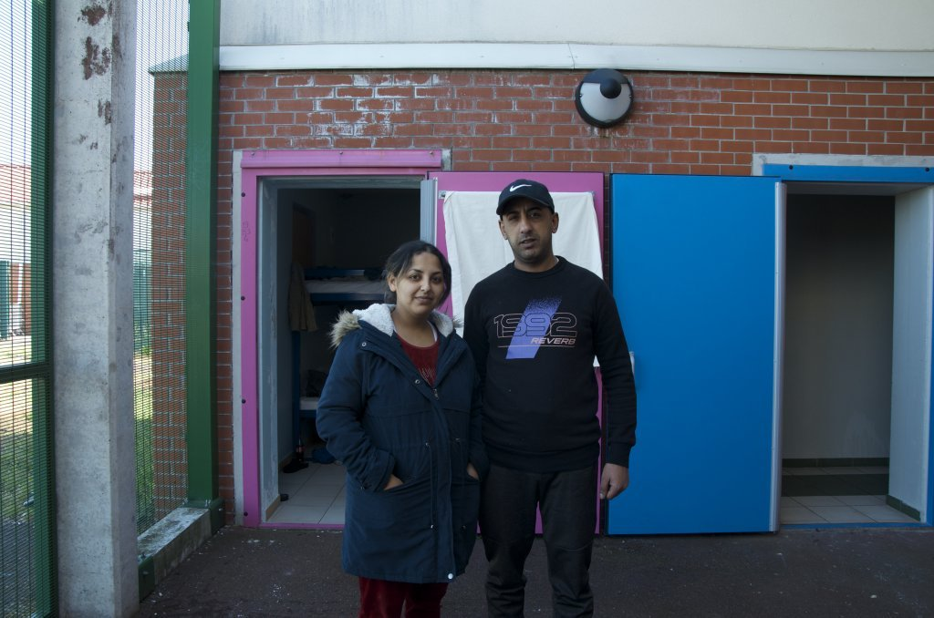 حكيم وزوجته في مركز احتجاز منيل أملو بالقرب من مطار شارل ديغول. الصورة: مايفا بوليه/مهاجرنيوز