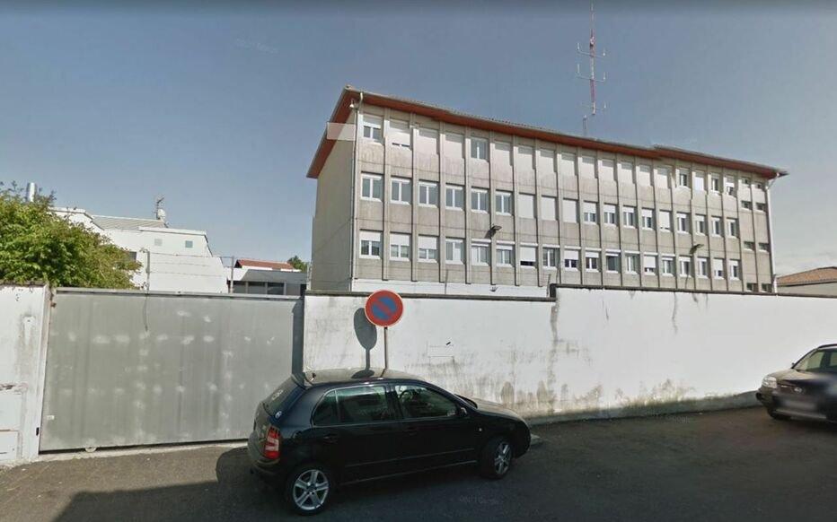 Le centre de rétention administrative (CRA) d'Hendaye, dans le sud-ouest de la France, a une capacité totale de 30 places. Crédit : Capture d'écran/Youtube