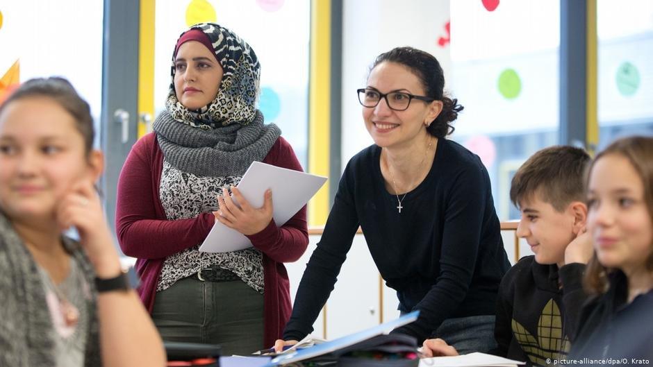 معلمة مهاجرة في أحد الدروس العملية ضمن برنامج تأهيل المدرسين في جامعة بيليفيلد الألمانية