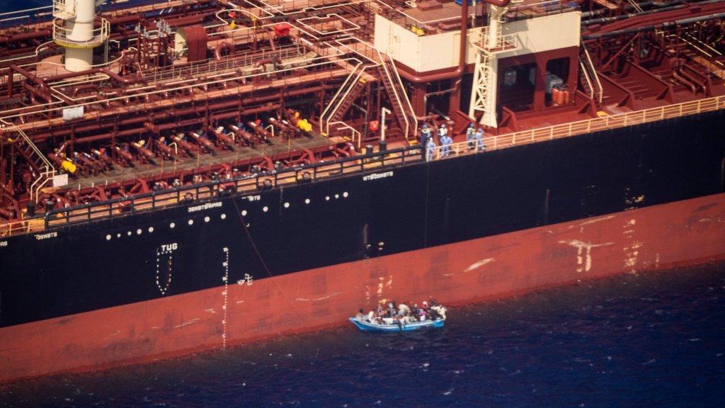 مهاجرون على متن ناقلة النفط. المصدر: رويترز