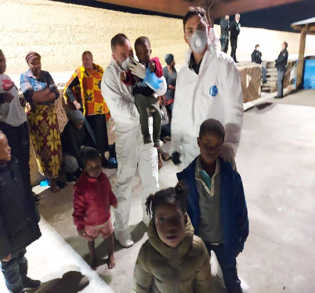 ANSA / وصول 137 مهاجرا من جنوب الصحراء، على متن قاربين لجزيرة لامبيدوزا بينهم نساء وأطفال. المصدر: أنسا.