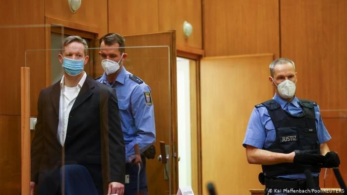 Kai Pfaffenbach/Pool/REUTERS |من داخل قاعة المحكمة التي أصدرت حكما بالسجن المؤبد في ضية مقتل لوبكه