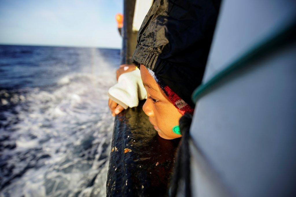 یک کودک پنج ساله از جمع ٧٣ مهاجر نجات داده شده  توسط کشتی اوپن آرمز، روز پنجشنبه ٢١ نومبر ٢٠١٦.  عکس از  رویترز