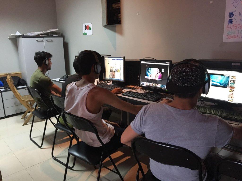 A Belgrade, l'association InfoPark met à disposition des migrants des ordinateurs.  Crédit : Julia Dumont