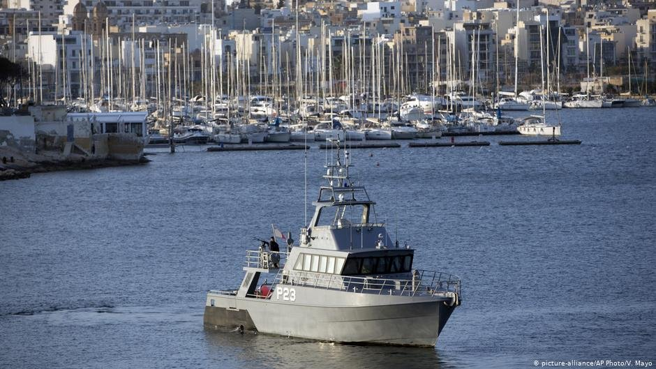 A Maltese Navy ship patrols in the harbor of Valletta, Malta on Thursday, February 2, 2017 | Photo: Picture-alliance/AP Photo/V.Mayo