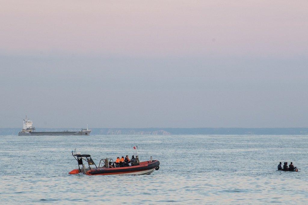روز چهارشنبه، در فرانسه، نگهبانان ساحلی بیش از ۱۰۰ مهاجر را از آبهای ساحلی نجات دادند.  عکس از @permamanche