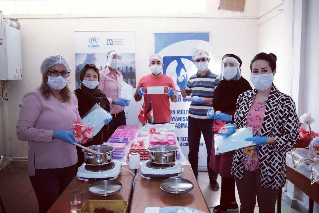 گروهی از مهاجران افغان در ترکیه برای مقابله با ویروس کرونا تا کنون حدود ۳۰ هزار ماسک و صابون تولید کردهاند. عکس از انجمن آسا