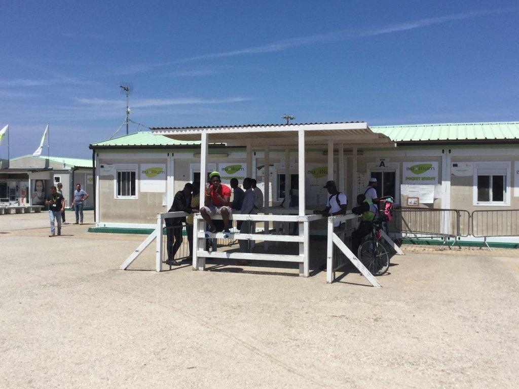مهاجرون في مركز استقبال طالبي اللجوء في باري بإقليم بوليا الإيطالي. المصدر: أنسا.