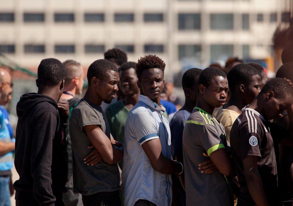"""ansa / مهاجرون شباب وصلوا إلى إيطاليا قادمون من ليبيا على متن سفينة """"سي واتش"""" خلال عطلة الأسبوع الماضي، ومن بينهم القاصر الذي حكى عن رحلته. المصدر: أنسا/ ماركو كوستانتينو."""