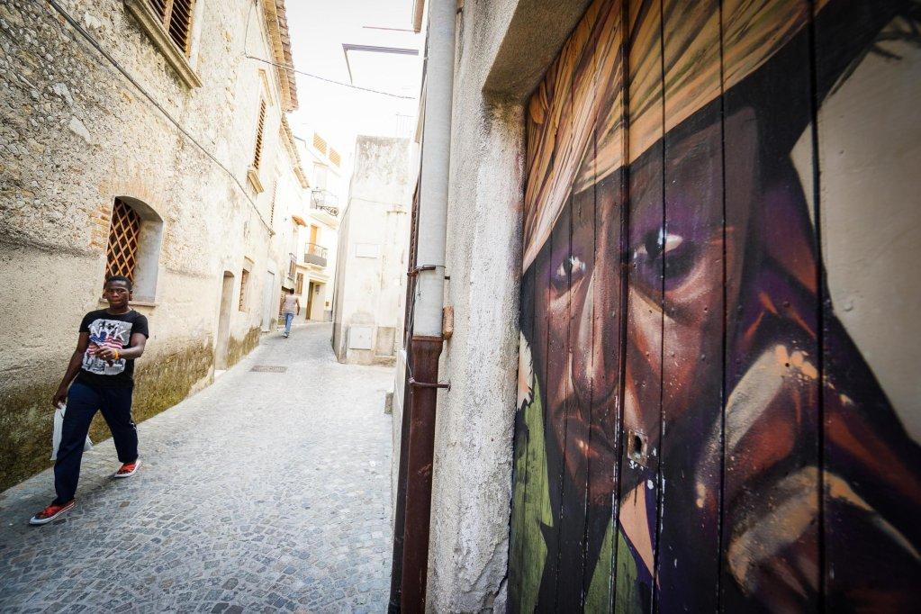 ANSA / أحد أزقة مدينة رياتشي التي أصبحت رمزا للتكامل في إيطاليا. المصدر: أنسا/ سيزاري آباتي.