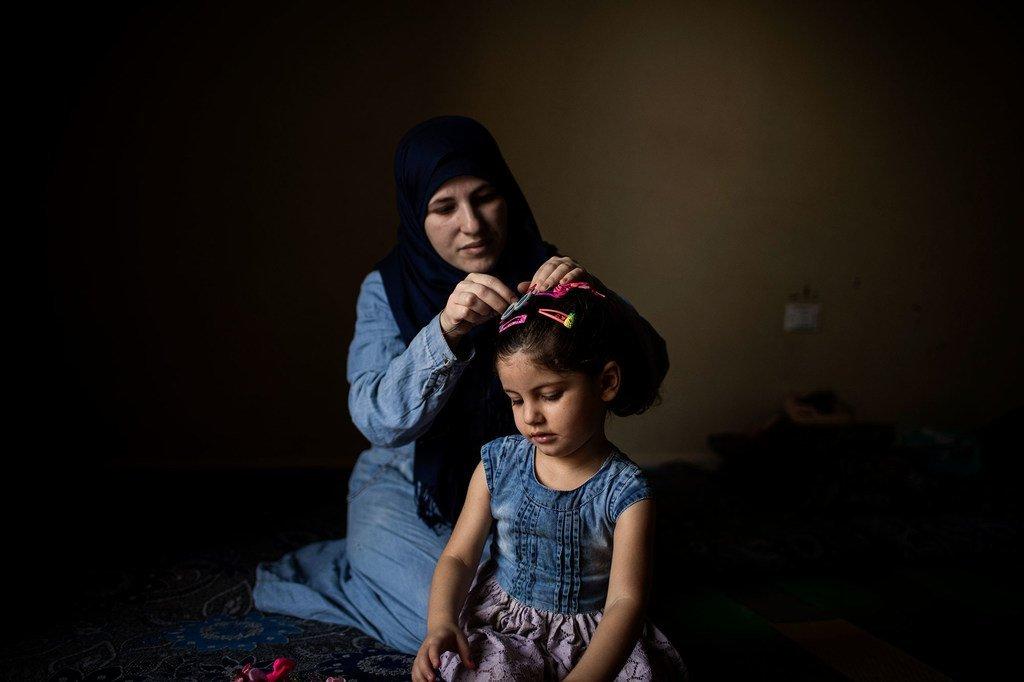 لاجئة سورية وابنتها تقيمان في لبنان، في انتظار إعادة توطينهم في النرويج. المصدر:UNHCR