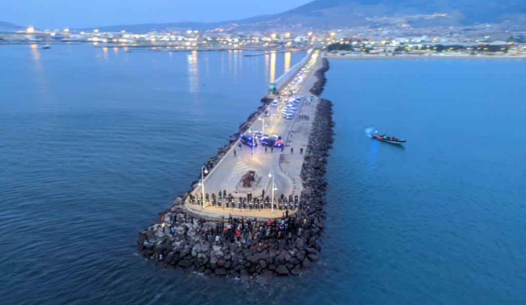 Les migrants au bout de la digue de Melilla, arrêtés par les forces de l'ordre, le 16 juin 2021. Crédit : Guardia Civil/Twitter