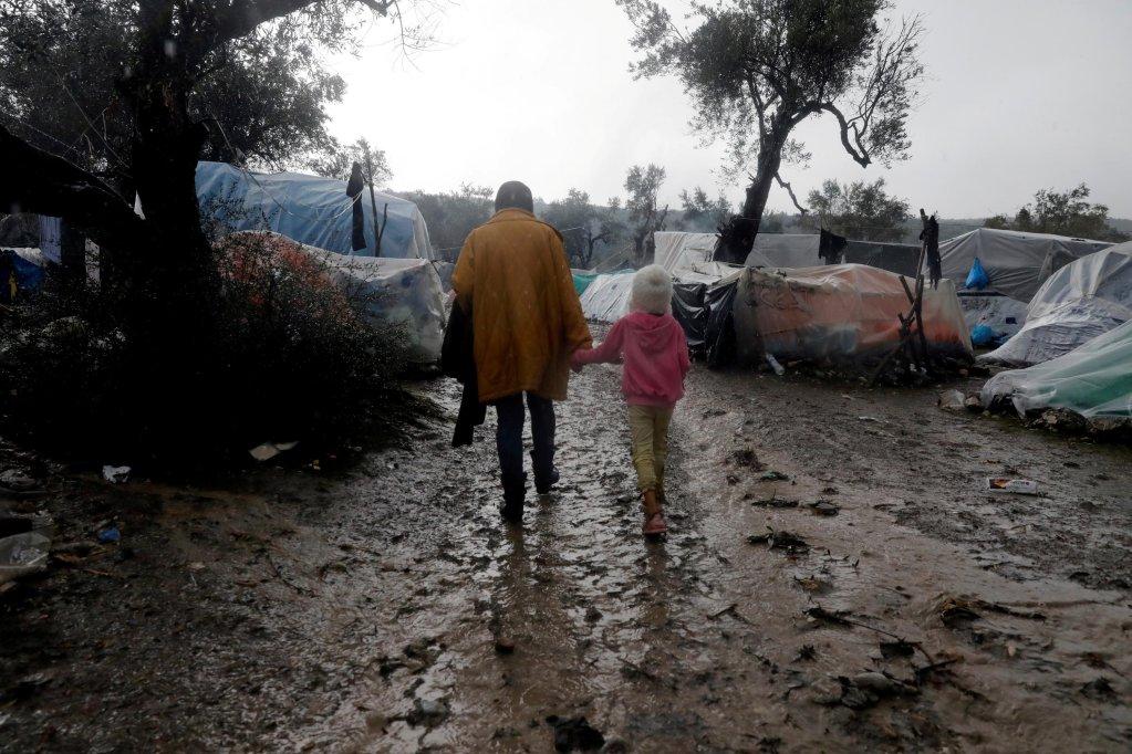 Des migrants traversent le camp de Moria, sur l'île de Lesbos en Grèce, le 13 décembre 2019. Crédit : Reuters