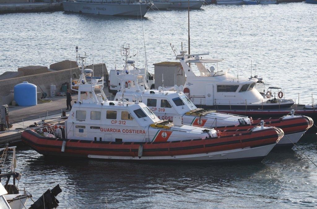 قوارب تابعة لجهاز خفر السواحل الإيطالي في لامبيدوزا. مهدي شبيل