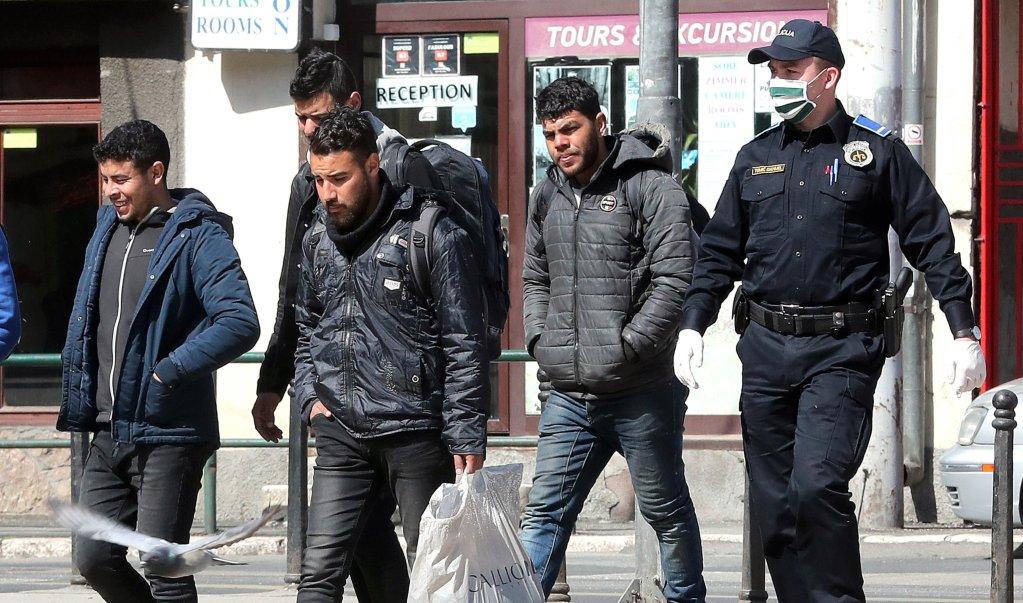 ضباط شرطة في البوسنة يصطحبون مهاجرين إلى مركز الاستقبال في سراييفو. المصدر: إي بي إيه/فهيم دامير.