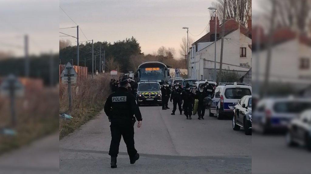 پولیس فرانسه در دو عملیات جداگانه ۱۴۶ تن از مهاجران را از یک هنگر و یک میدان در کاله به سرپناهها انتقال داد. عکس از توتیر ناظران حقوق بشر