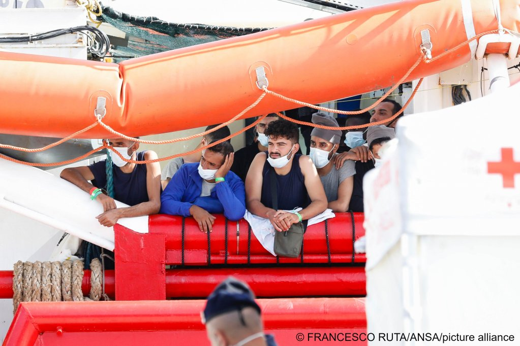 Migrants aboard the Ocean Viking arriving in Pozzallo, Italy, on August 8, 2021 | Photo: Francesco Ruta/ANSA/picture-alliance