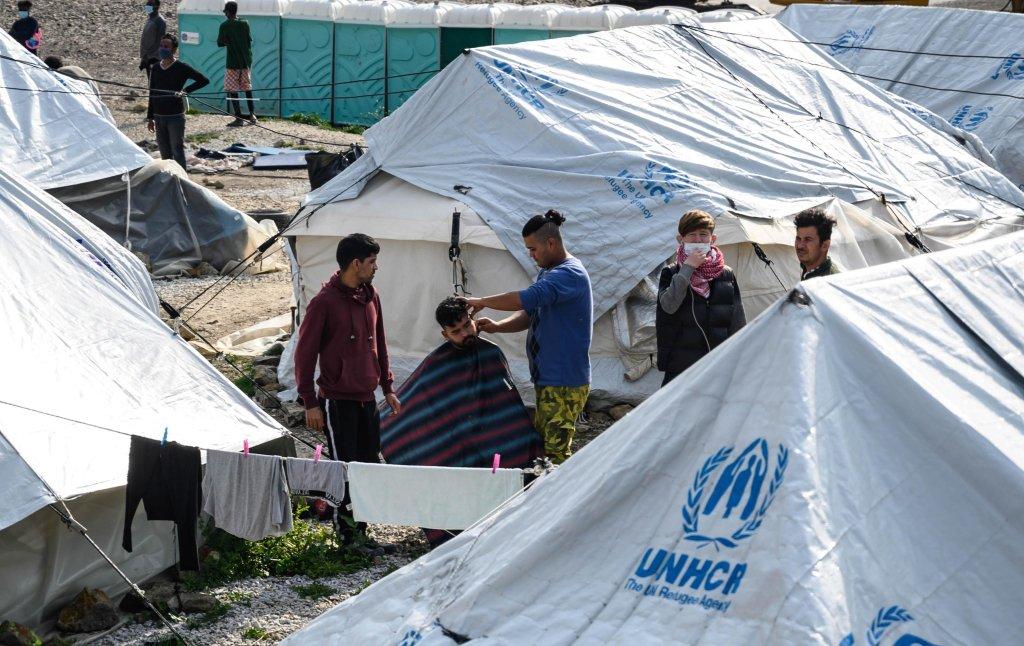 الحياة اليومية في مخيم كاراتيبي للاجئين في جزيرة ليسبوس اليوناني. المصدر: إي بي إيه/ فانغيليس بابانتونيوس.