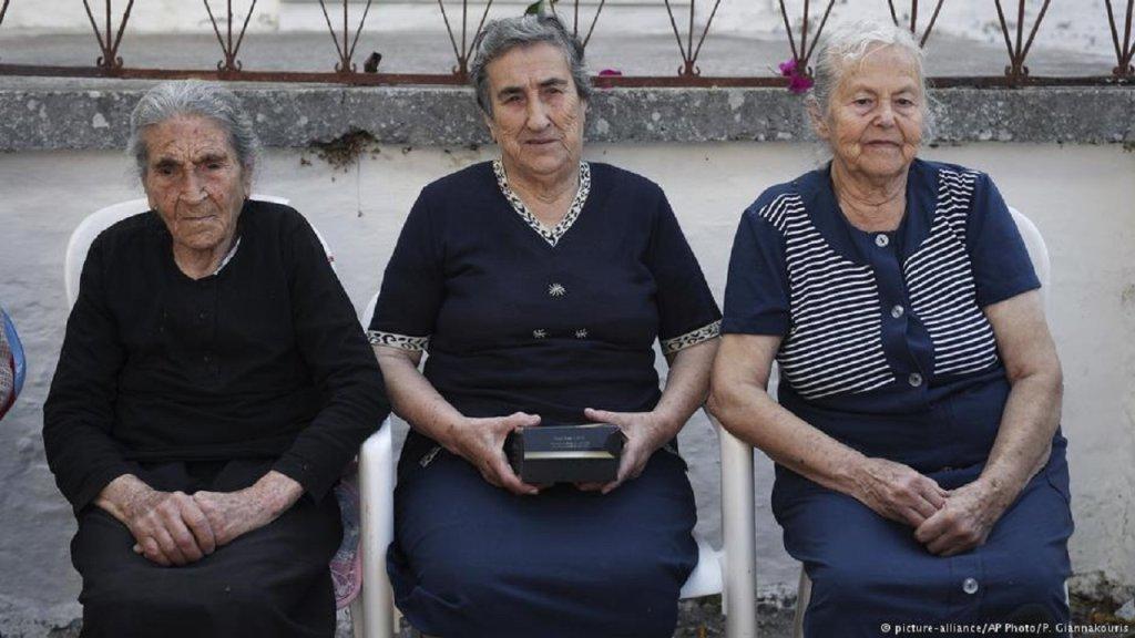 Efstratia Mavrapidou (gauche), Emilia Kamvisi (centre) et Maritsa Mavrapidou dans leur village sur l'île de Lesbos, le 7 octobre 2016. Crédit : Picture Alliance/Petros Giannakouris