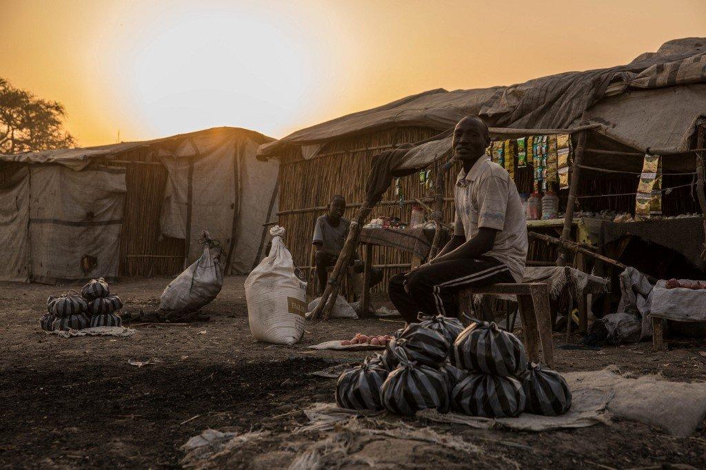 Stefanie GLINSKI / AFP |Un homme devant sa tente au petit matin dans le PoC de Bentiu au Soudan du Sud le 15 février 2018 (image d'illustration).
