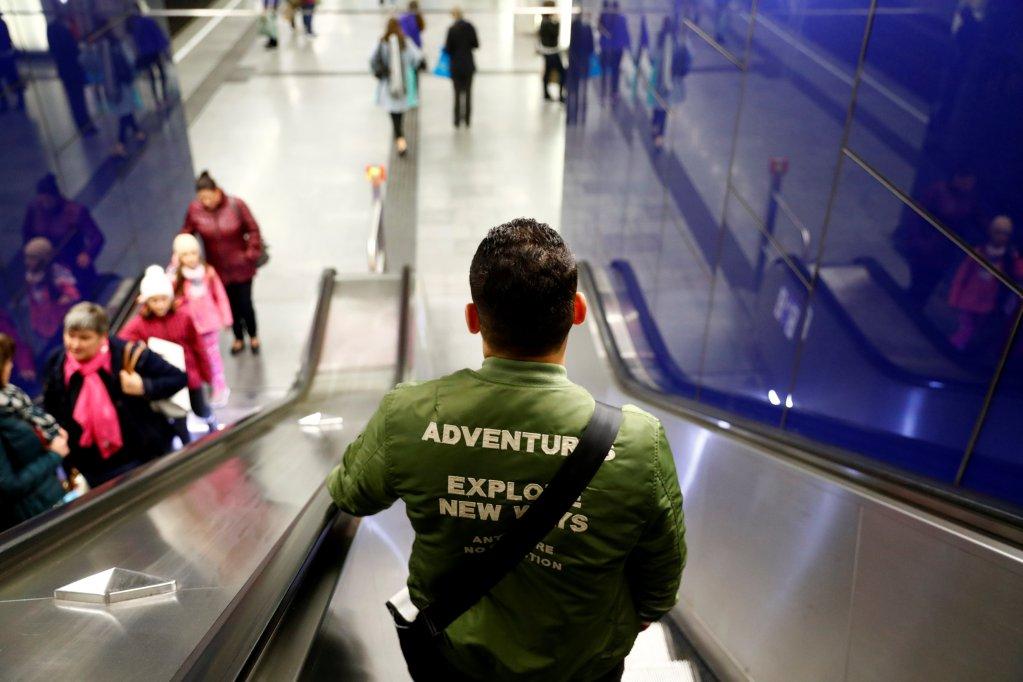 REUTERS/Leonhard Foeger |Un réfugié syrien arpente les couloirs du métro de Vienne, en september 2017.