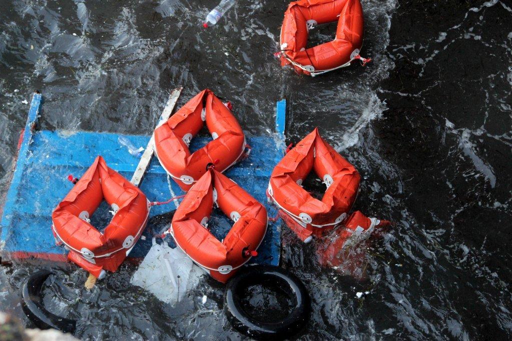 (عکس: ارشیف)/پس از غرق یک قایق مهاجران، واسکت های نجات از آب بیرون آورده شدند./عکس: رویترز