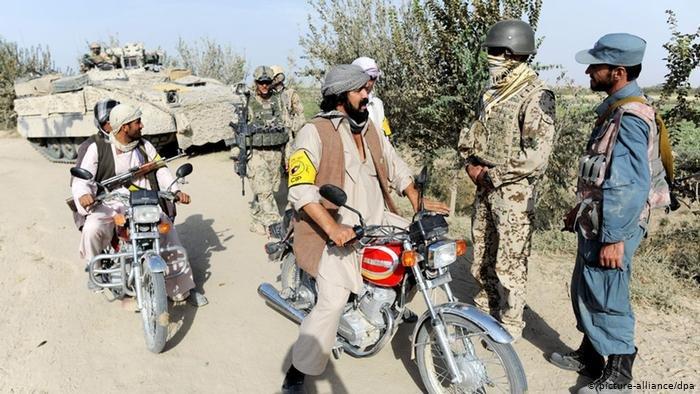 یک ترجمان افغان اردوی آلمان (دوم از طرف راست) در کندز (عکس از آرشیف)