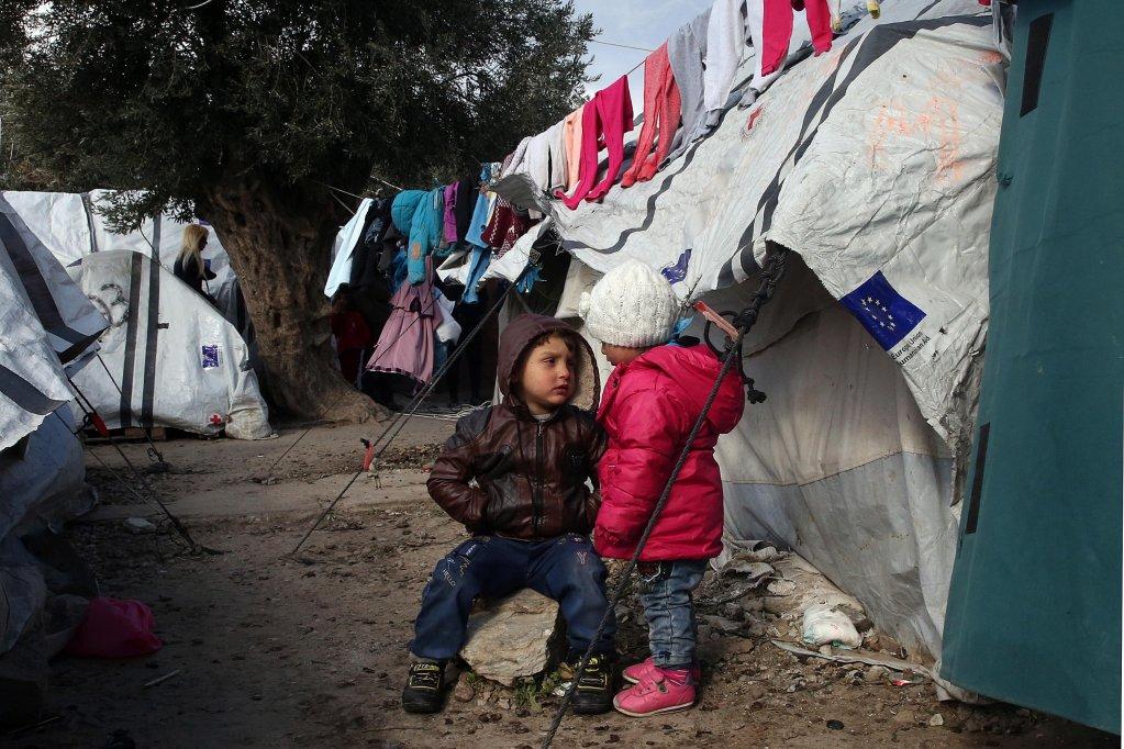 ANSA / طفلان يتحدثان خارج خيمتهما في مخيم موريا بجزيرة ليسبوس اليونانية. المصدر: إي بي إيه / أوريستيس بانايوتيو.