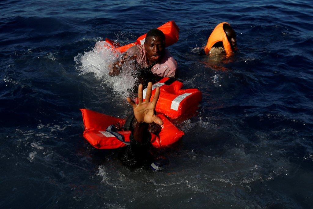 إنقاذ مهاجرين في عرض البحر/ رويترز