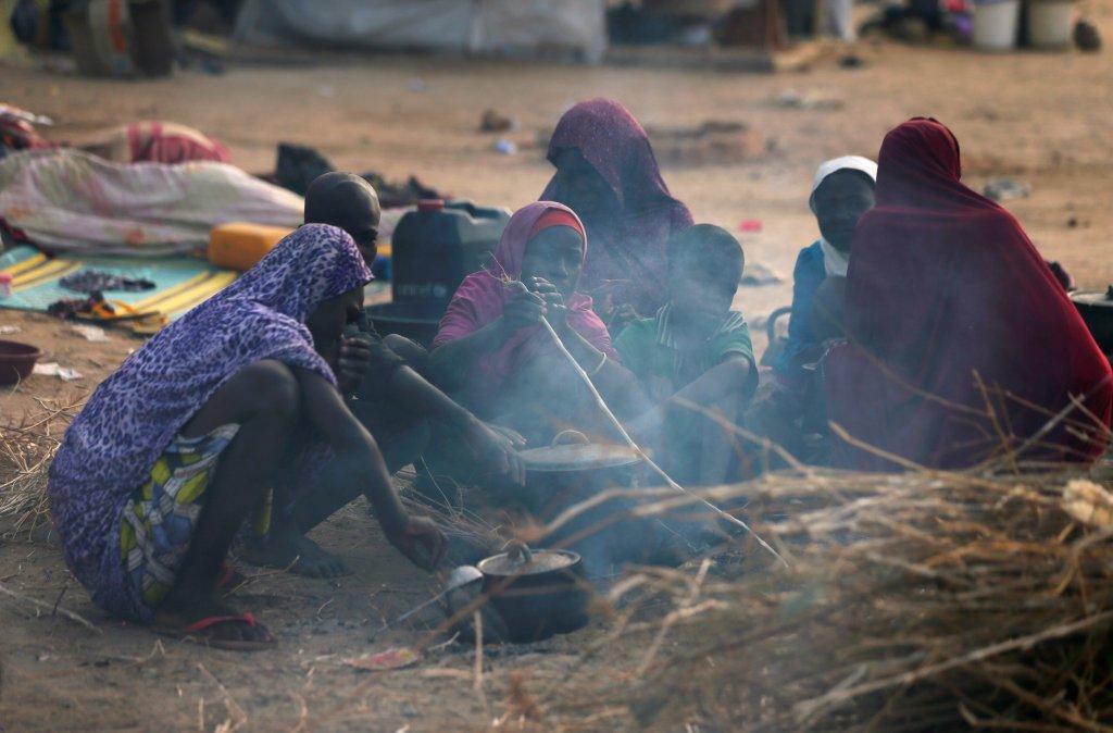 Des femmes déplacées internes préparent à manger dans le camp de Maiduguri, dans le nord-est du Nigeria. Crédit : REUTERS / Afolabi Sotunde.