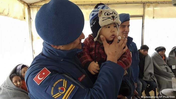 گارد ساحلی ترکیه گفته است که آنان یک گروه ۴۴ نفری پناهجویان را از آب بیرون کشیده اند.