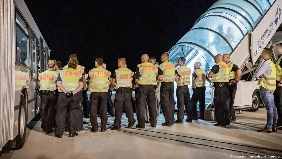 La police allemande encadre la montée à bord des personnes expulsées. Photo: picture-alliance/dpa/M. Kappeler