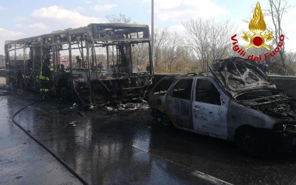 الحافلة المحروقة. المصدر: أنسا/إدارة الإطفاء