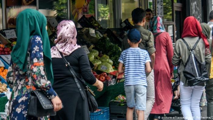 picture-alliance/dpa/W. Rothermel |سوريون في أحد أحياء العاصمة الألمانية برلين