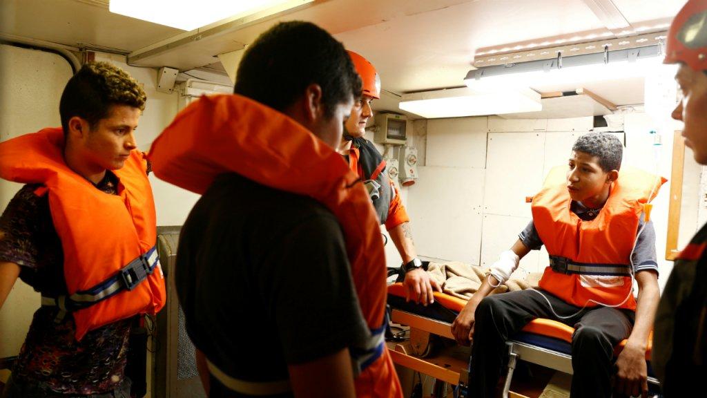 Ces jeunes migrants tunisiens secourus fin août par le navire Alan Kurdi ont été débarqués à Malte pour raisons médicales le 9 septembre. Crédit : Reuters