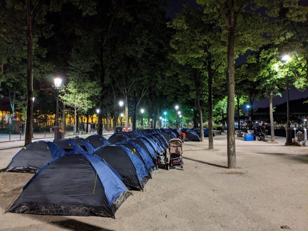 Dans la nuit de mardi à mercredi, 54 tentes s'étaient posées sur le quai de la Loire, proche du touristique Parc de la Villette, formant un nouveau camp essentiellement composé de femmes isolées et de familles originaires d'Afrique subsaharienne. Crédit : Utopia 56